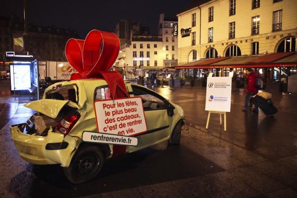 street-marketing-PR-stunt-rentrer-en-vie-prévention-routière-securité-accident-voiture-cadeau-place-bastille-opéra-nation-événement-3-600x400